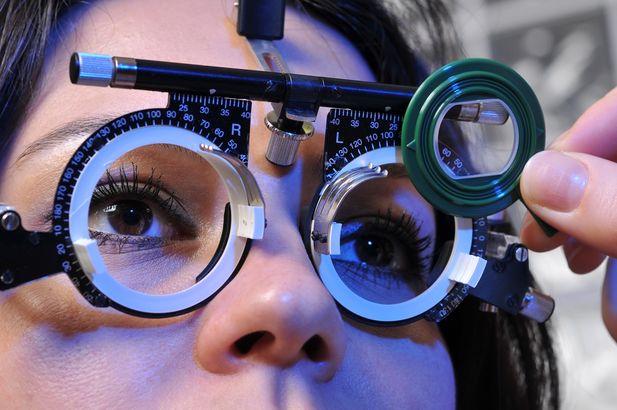 a-Los-Angeles-Lasik-Surgeon-assesses-a-Candidate-For-LASIK-Eye-Surgery